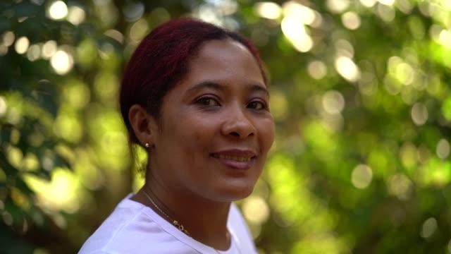 vídeos de stock, filmes e b-roll de retrato de uma mulher brasileira que olha a câmera - cultura indígena