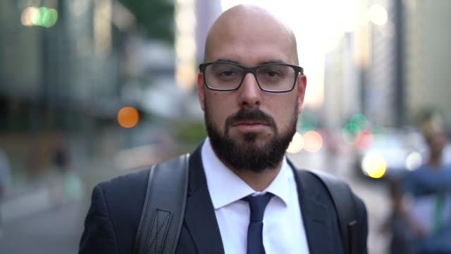 vidéos et rushes de portrait d'un homme d'affaires city - costume habillé