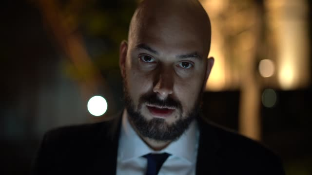 vídeos de stock e filmes b-roll de portrait of a business man at night - careca