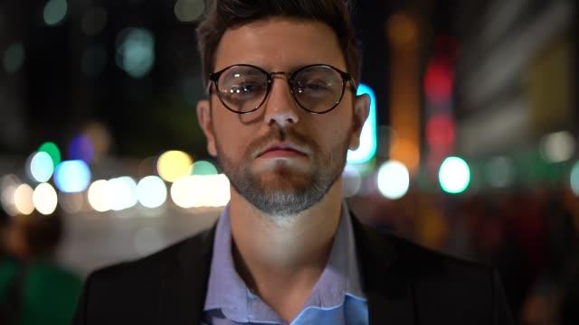 porträt eines geschäftsmannes in der stadt in der nacht - junge männer stock-videos und b-roll-filmmaterial