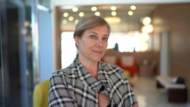 stockvideo's en b-roll-footage met portret van een zakenvrouw met gekruiste armen - pardo brazilian
