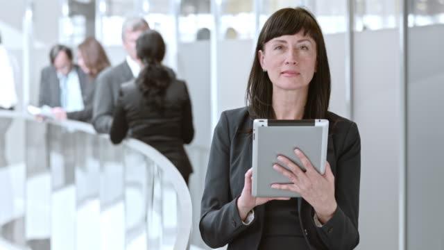 DS Frau arbeitet auf Ihrem tablet im Flur im business-Gebäude