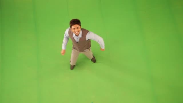 vídeos de stock e filmes b-roll de portrait of a businessman dancing  - young men