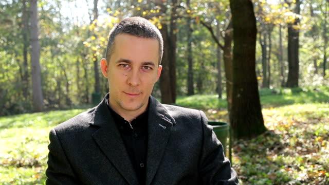 vídeos de stock, filmes e b-roll de retrato de um homem de negócios ao ar livre - camisa e gravata