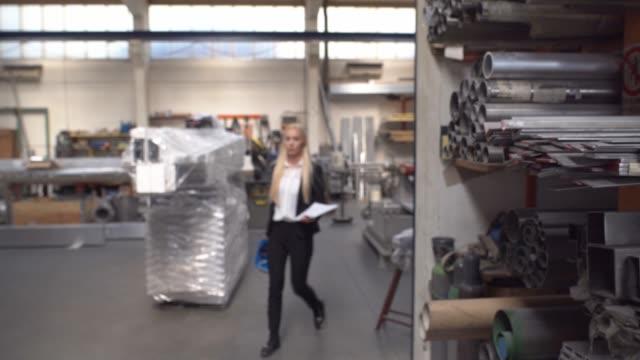 ritratto di imprenditrice in fabbrica - camicetta video stock e b–roll