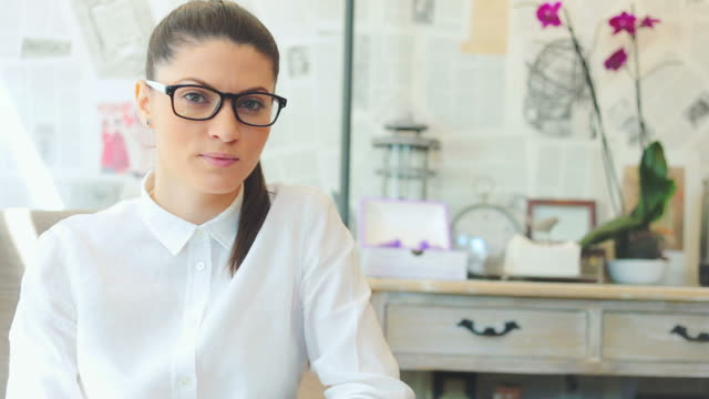 Porträtt av en affärskvinna som tittar på kameran.