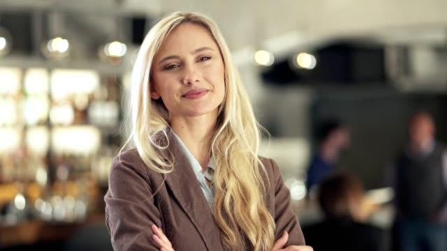ビジネスウーマンの肖像 - ワインバー点の映像素材/bロール