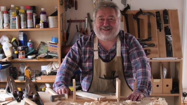 vídeos de stock e filmes b-roll de portrait of a carpenter in his workshop - camisa com botões