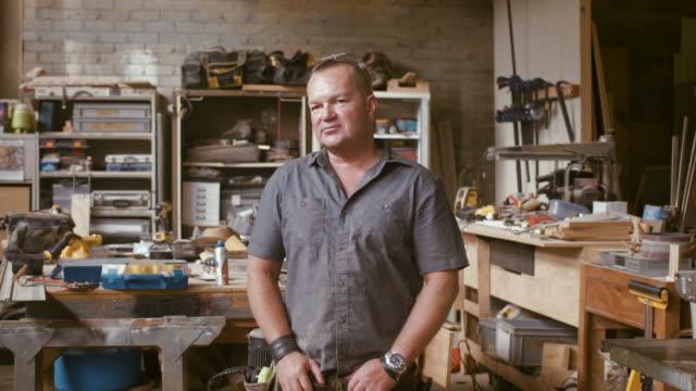vidéos et rushes de portrait d'un menuisier (ralenti) - artisant