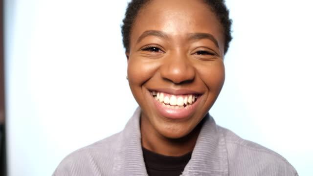vídeos de stock e filmes b-roll de portrait of a cheerful african woman - retrato formal