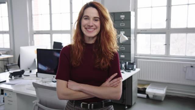 vidéos et rushes de verticale d'une jeune femme d'affaires gaie dans le bureau - apprenti