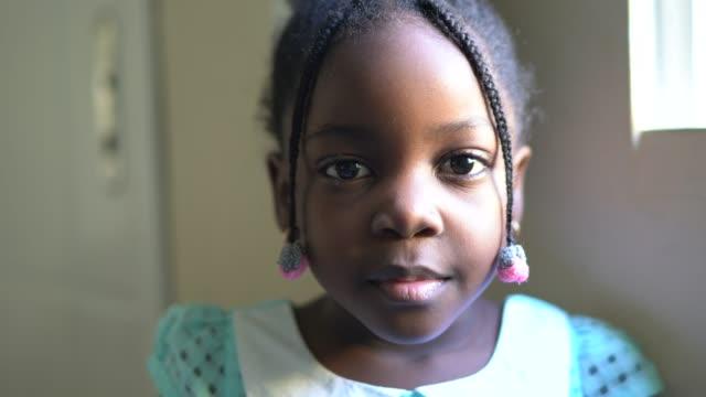 vidéos et rushes de verticale d'une fille d'enfant à la maison - visage sans expression