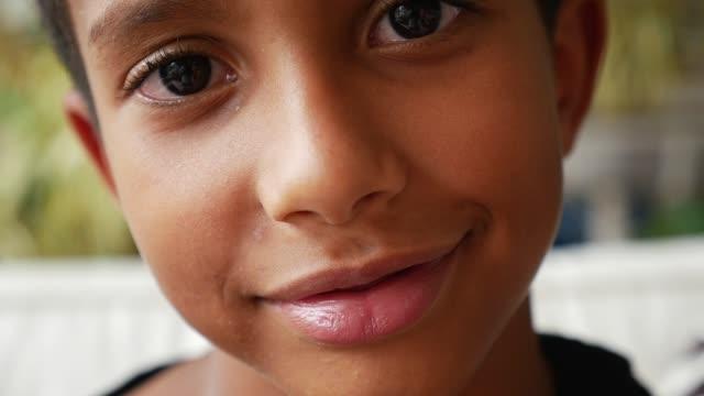 vídeos de stock, filmes e b-roll de retrato de uma criança sorrindo em casa - meninos adolescentes