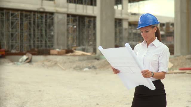vídeos de stock e filmes b-roll de hd: retrato de um engenheiro civil - engenheiro civil
