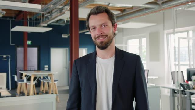 在職中の自信に満ちた実業家の肖像 - フリーアドレス点の映像素材/bロール