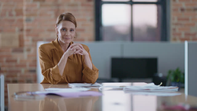 vídeos y material grabado en eventos de stock de slo mo portrait of a confident latin-american businesswoman sitting at conference table - 50 54 años