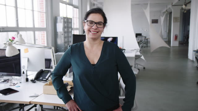 vídeos de stock, filmes e b-roll de retrato de uma empresária madura confiante - 50 54 anos