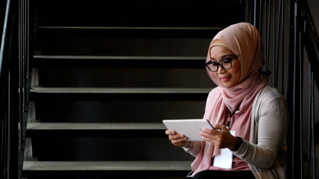 vídeos de stock e filmes b-roll de portrait of a confident young muslim woman attending a conference - malaysian culture