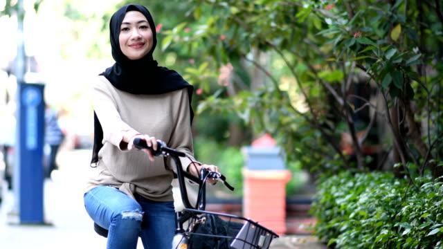vídeos de stock, filmes e b-roll de retrato de uma jovem muçulmana confiante - vestuário modesto