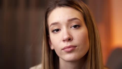 vídeos y material grabado en eventos de stock de retrato de una joven segura de sí misma en casa - guay