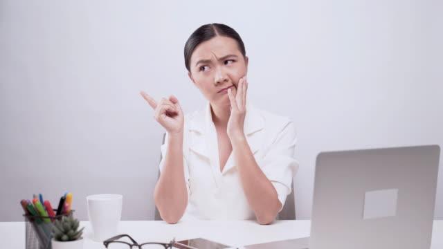 オフィスに座っている混乱した女性の肖像画は、背景の上に隔離された - アキレス腱点の映像素材/bロール