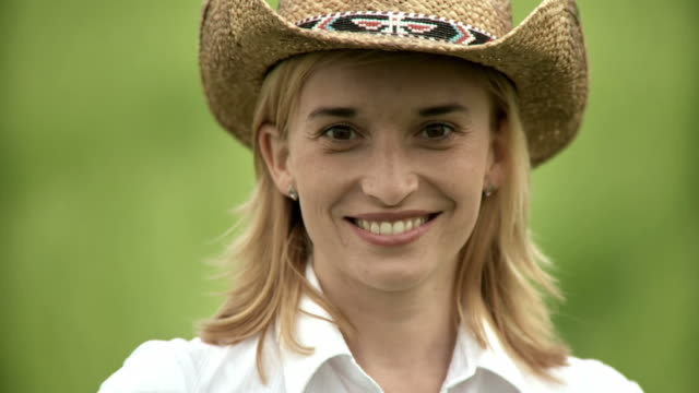 stockvideo's en b-roll-footage met hd slow-motion: portrait of a country woman - cowboyhoed