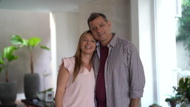 vídeos de stock, filmes e b-roll de retrato de um par em casa - atividade