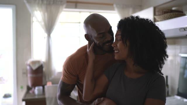 vídeos de stock, filmes e b-roll de retrato de um casal na cozinha - esposa