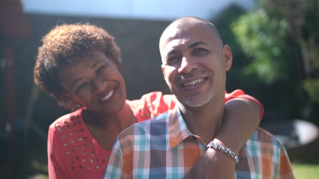 vídeos de stock e filmes b-roll de portrait of a couple embracing at home - careca