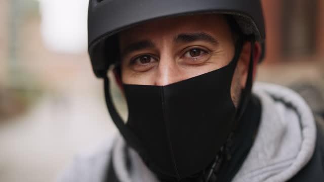 porträtt av en leveransperson med ansiktsmask - hjälm bildbanksvideor och videomaterial från bakom kulisserna