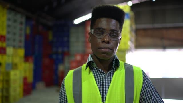 vídeos de stock, filmes e b-roll de retrato de um coordenador no armazém - funcionário