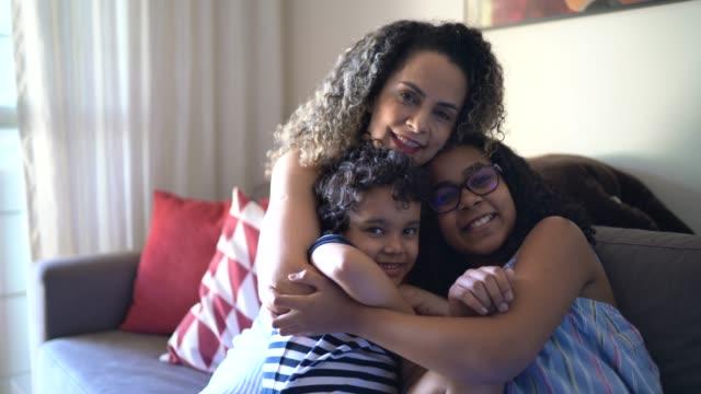 vídeos de stock e filmes b-roll de portrait of a family at home - proteção