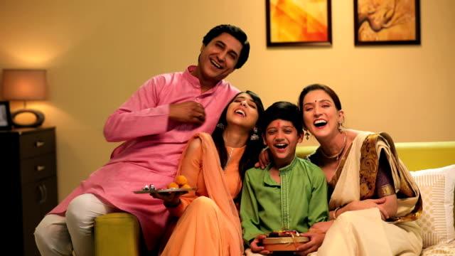 vídeos y material grabado en eventos de stock de portrait of a family celebrating raksha bandhan, delhi, india - bandeja para servir