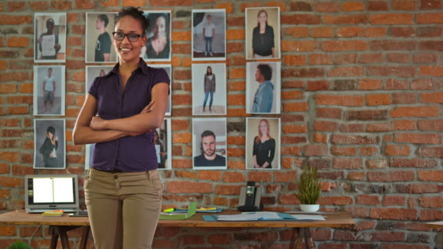stockvideo's en b-roll-footage met ds portret van de medewerker van het bedrijf van een vrouwelijke afro-amerikaanse opstarten - armen over elkaar