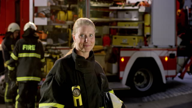 portrait of a female firefighter - persona di sesso femminile video stock e b–roll