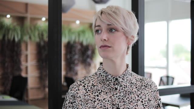 vidéos et rushes de portrait of a female freelancer in a coworking space - espace texte