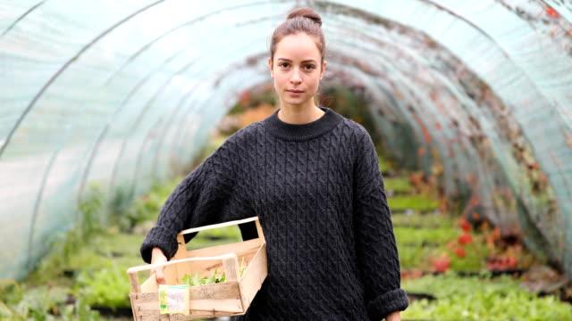 オーガニックガーデンの女性庭師の肖像 - グリーンハウス点の映像素材/bロール