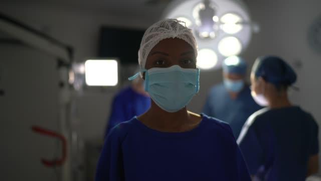 vídeos y material grabado en eventos de stock de retrato de una médico de salud madura en el quirófano del hospital - cirugía plástica