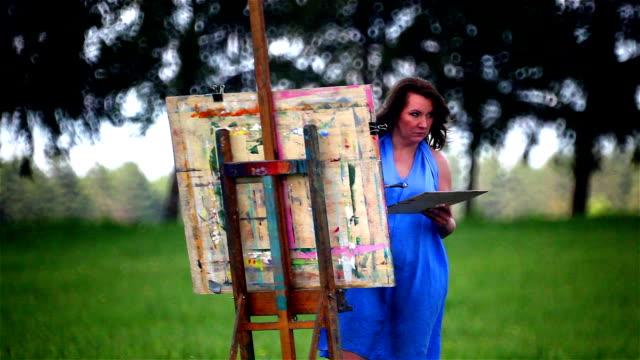 Portret van een vrouwelijke schilder in natuurlijke scenics