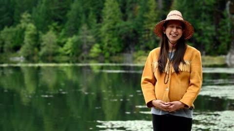 vídeos de stock, filmes e b-roll de retrato de uma primeira mulher das nações - tribo norte americana