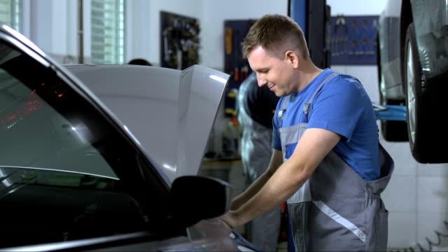porträt von eine freundliche mechaniker - werkstatt stock-videos und b-roll-filmmaterial