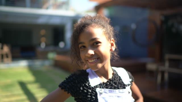 vídeos de stock, filmes e b-roll de retrato de uma garota em casa em casa - 10 11 anos
