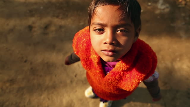 vidéos et rushes de portrait of a girl, ballabhgarh, haryana, india - regarder en l'air