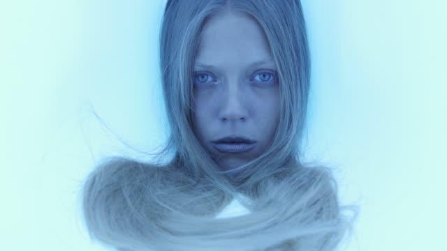 porträt eines mädchens. futuristische stimmung - silber stock-videos und b-roll-filmmaterial