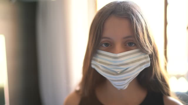vídeos de stock e filmes b-roll de portrait of a girl using face mask at home - raparigas