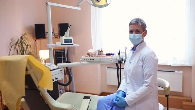 vídeos y material grabado en eventos de stock de retrato de una odontóloga de pelo gris - dentista