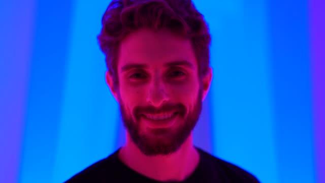 vidéos et rushes de portrait d'un bel homme au tunnel de couleur - enjoyment