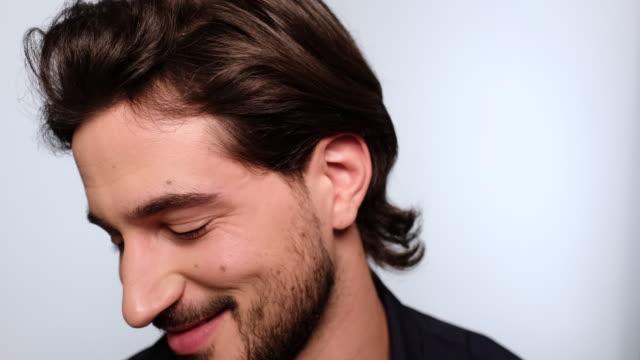 porträt eines hübschen mannes, der glücklich aussieht - italienischer abstammung stock-videos und b-roll-filmmaterial
