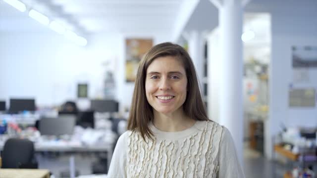 porträt eines happy and content coworker im büro - lebensziel stock-videos und b-roll-filmmaterial