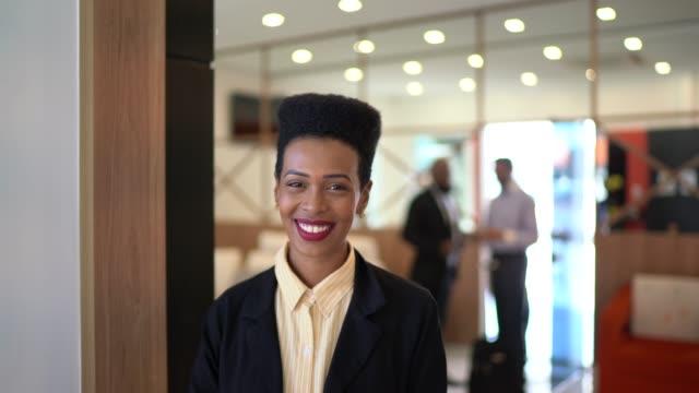 stockvideo's en b-roll-footage met portret van een gelukkige zakenvrouw - pardo brazilian